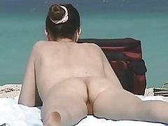 Milfs poilue à la plage de nudistes